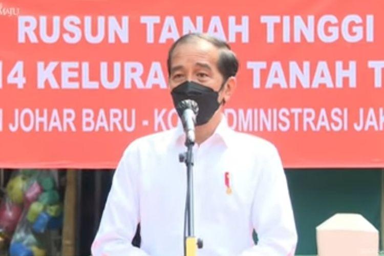 Presiden Joko Widodo memberikan keterangan pers usai meninjau vaksinasi Covid-19 untuk warga Rumah Susun Tanah Tinggi, Jakarta Pusat, Senin (14/6/2021).