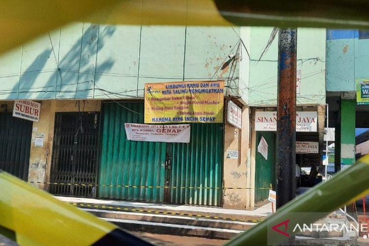 Sebuah spanduk bertuliskan informasi ganjil genap terpasang di salah satu kios di Pasar Minggu, Jakarta Selatan yang ditutup selama tiga hari terhitung mulai Sabtu (20/6/2020)