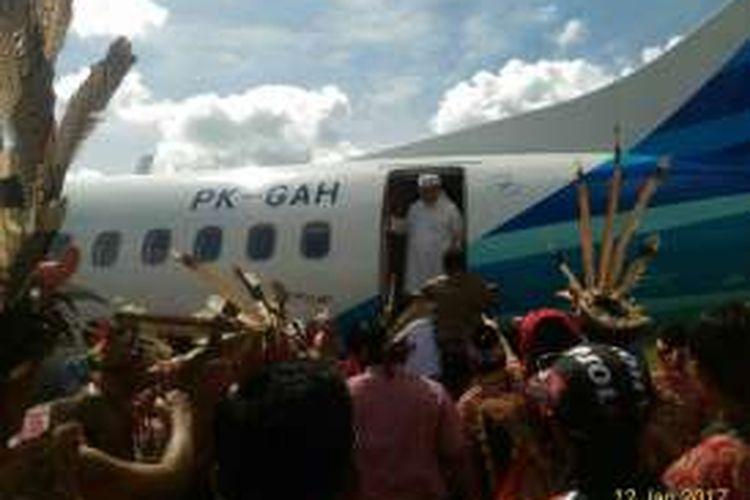 Suasana ketika Tengku Zulkarnain dihadang sekelompok masyarakat saat hendak turun dari pesawat di Bandara Susilo, Sintang, Kalimantan Barat (12/1/2017)