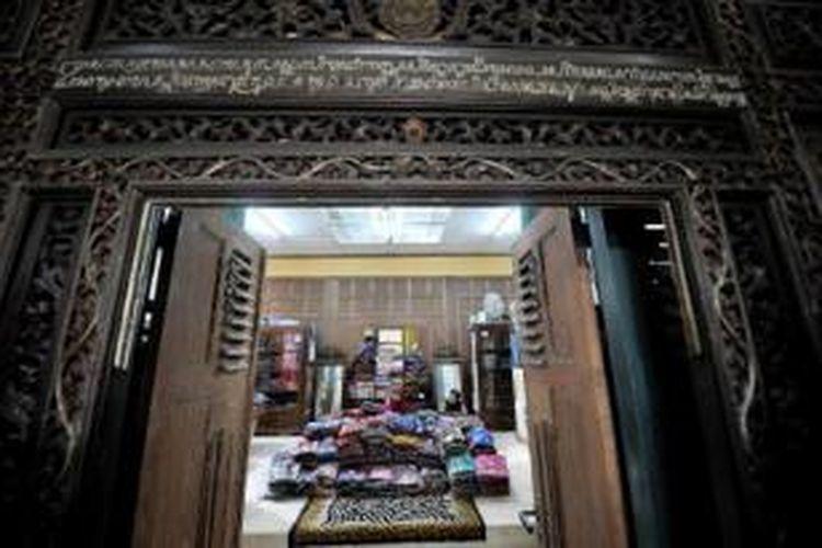 Ndalem atau ruang keluarga pedagang batik Laweyan, Solo, yang kini lazim dijadikan gerai penjualan batik. Rumah saudagar batik yang dulu tertutup bagi umum kini terbuka seiring dibukanya Kampoeng Batik Laweyan sejak tahun 2005.