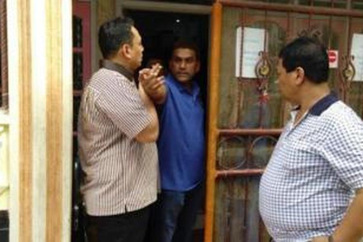 Samsul Anwar (baju biru), warga Jl Madong Lubis/Jl Beo, Lingkungan XI, Sidodadi, Medan Timur, ditetapkan sebagai tersangka pelaku pembunuhan dan penganiayaan pembantu rumah tangga (PRT). Dia sehari-hari bekerja sebagai pemilik PT Maju Jaya yang bergerak dalam jasa penyalur PRT di Medan.