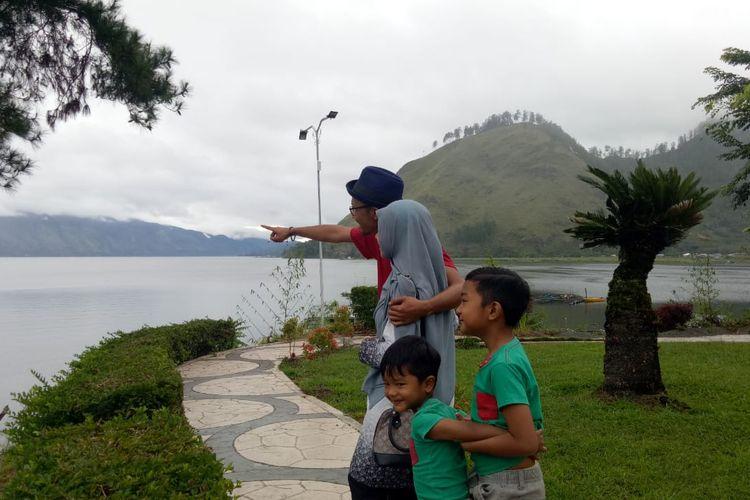 Wisatawan berfoto di pinggiran Danau Laut Tawar sisi Hotel Grand Renggali, Kabupaten Aceh Tengah