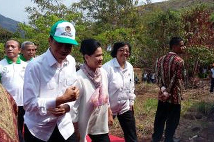 Presiden RI Joko Widodo dan Ibu Negara Iriana Widodo, serta Menteri Lingkungan Hidup dan Kehutanan Siti Nurbaya di Taman Hutan Rakyat Sultan Adam, Kalimantan Selatan, Kamis (26/11/2015).