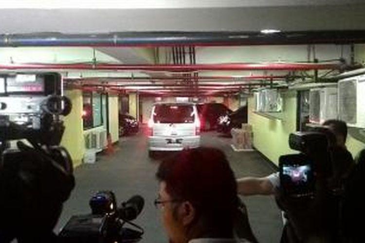 Mobil yang membawa lima orang yang diamankan dalam operasi tangkap tangan KPK di Karawang, Jawa Barat, Kamis (17/7/2014) malam.