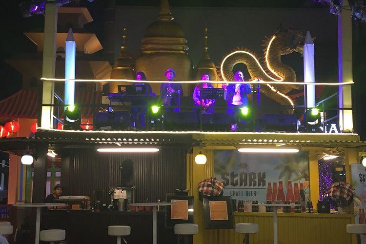 Jakarta Street Food Festival 2018 menyajikan hiburan live music sambil menemani pengunjung makan malam di jam 19.00 selama acara berlangsung, Jumat (09/11/2018).
