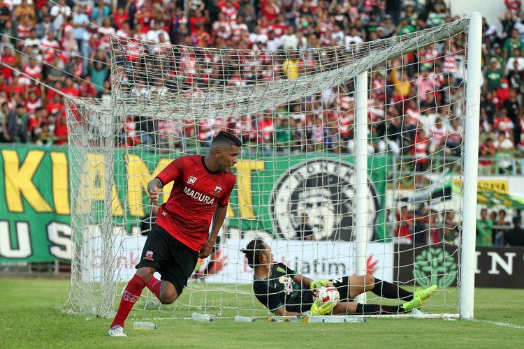 Pemain Madura United Alberto Goncalves menyumbang 1 gol saat lanjutan babak penyisihan Grup A Piala Gubernur Jatim 2020 melawan Persebaya Surabaya yang berakhir dengan skor 2-4 di Stadion Gelora Bangkalan, Jawa Timur, Jumat (14/02/2020) sore.
