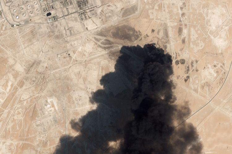 Citra satelit yang diambil pada 16 September 2019 oleh Planet Labs Inc menunjukkan kerusakan pada kilang minyak Aramco di Abqaiq, Arab Saudi, buntut serangan drone pada 14 September 2019. AS menyalahkan Iran sebagai dalang serangan tersebut.