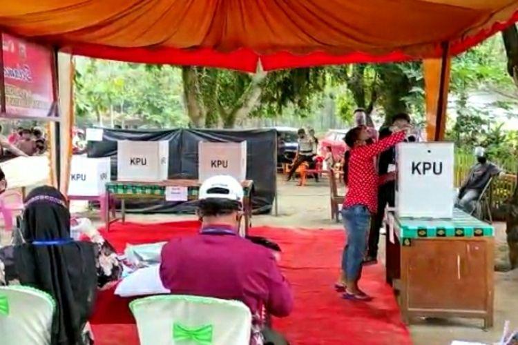 Warga menggunakan hak pilihnya pada PSU di Desa Tambusai, Kecamatan Tambusai Utara, Kabupaten Rohul, Riau, Rabu (21/4/2021).