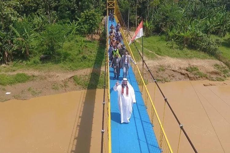 Peresmian Jembatan Gantung di Desa Ciwaru, Kabupaten Lebak, Banten oleh Lembaga Bulan Sabit Merah Uni Emirat Arab melalui