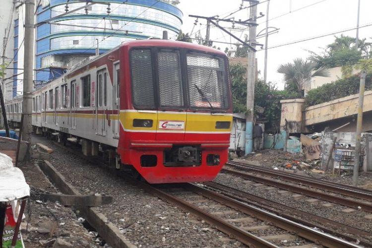 Kereta commuter line melintas di perlintasan kereta api Mangga Dua, Jakarta Utara, Senin (11/2/2019).