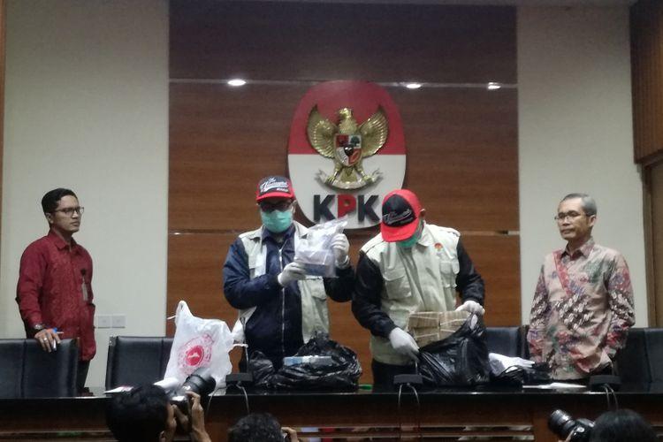 KPK menunjukkan barang bukti berupa uang dan bukti transaksi perbankan dalam kasus Bupati Cirebon Sunjaya Purwadisastra, di gedung Merah Putih KPK, Jakarta, Kamis (25/10/2018)