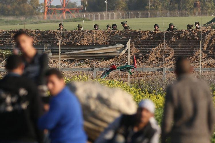 Tentara Israel mengawasi peserta aksi protes dari warga Palestina di wilayah perbatasan di Gaza, pada 23 Februari lalu.