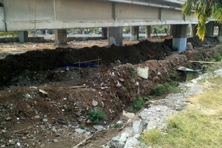Kondisi kolong tol Kalijodo yang rencananya akan dibangun area parkir. Foto diambil pada Jumat (6/10/2017).