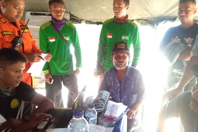 Seorang bapak melaporkan keluarganya yang menjadi penumpang KM Izhar belum kembali di posko SAR Kendari di desa Bajoe, kecamatan Soropia, kabupaten Konawe, Sultra.