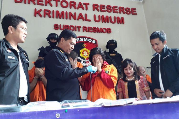 Milah Karmilah, wanita yang ditangkap polisi dalam kasus pembobolan uang nasabah bank, di Mapolda Metro Jaya, Sabtu (17/3/2018). Dia mengaku tidak mengetahui bahwa warga negara asing (WNA) yang dikenalnya adalah pembobol uang nasabah Bank Rakyat Indonesia (BRI) dan bank-bank lainnya.