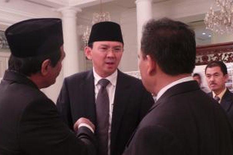 Gubernur DKI Jakarta Basuki Tjahaja Purnama saat berbincang dengan Wakil Gubernur DKI Djarot Saiful Hidayat dan Sekretaris Daerah (Sekda) Saefullah, di Balai Kota, Senin (6/7/2015).