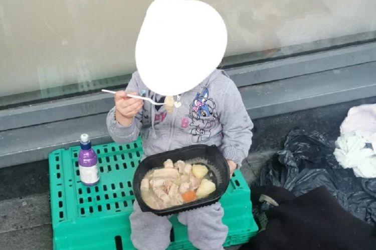 Foto yang diunggah Ballymun Soup Run di Dublin, Irlandia, menunjukkan seorang gelandangan berusia 4 tahun makan di pinggir jalan, dan menuai kemarahan publik karena pemerintah dianggap tidak becus.