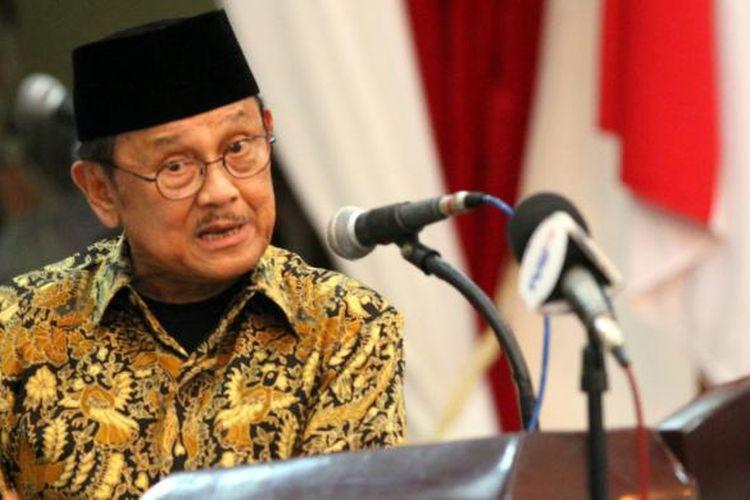Mantan Presiden BJ Habibie ketika memberikan orasi dalam rangkaian kegiatan Hari Pers Nasional 2013 di Manado.