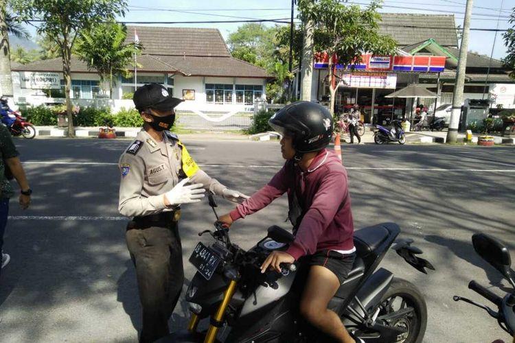 Petugas gabungan menggelar operasi penertiban masker di jalan Magelang-Borobudur tepatnya di sekitar lapangan drh Soepardi Kota Mungkid, Kabupaten Magelang, Selasa (23/6/2020).