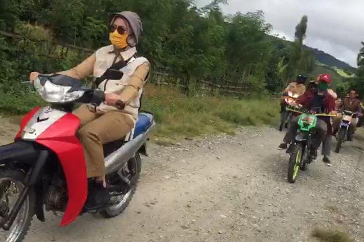 Bupati Luwu Utara Indah Putri Indriani saat berkeliling desa-desa di Kecamatan Rampi, Selasa (21/4/2020).