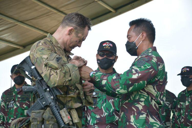 KSAD Jenderal TNI Andika Perkasa menyematkan wing terjun kepada 569 penerjun dari TNI AD dan US Army di titik tinjau penerjunan, daerah Talang Sipin Pusat Latihan Tempur (Puslatpur) TNI AD di Baturaja.