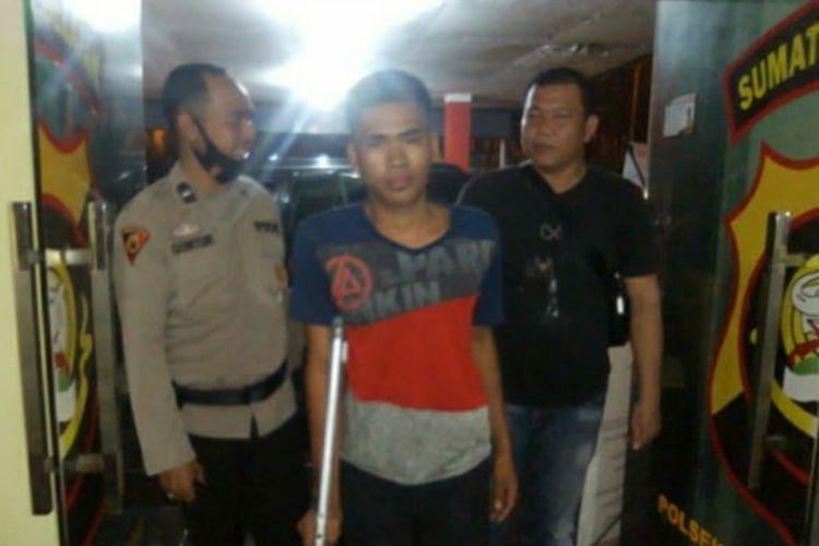 Suryanto (20) pelaku pembunuhan Titik Handayani (36) lantaran sakit hati istrinya dihina oleh korban saat ditangkap polisi, Selasa (10/11/2020).