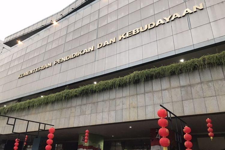 Lampion di area gedung Kementerian Pendidikan dan Kebudayaan.