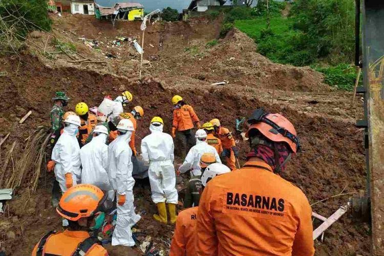 Tim SAR gabungan kembali temukan dua jasad anak di lokasi longsor Perumahan Pondok Daud, Cihanjuang, Cimanggung, Sumedang, Jawa Barat, Senin (18/1/2021) sore. Dok. Basarnas Bandung/KOMPAS.com
