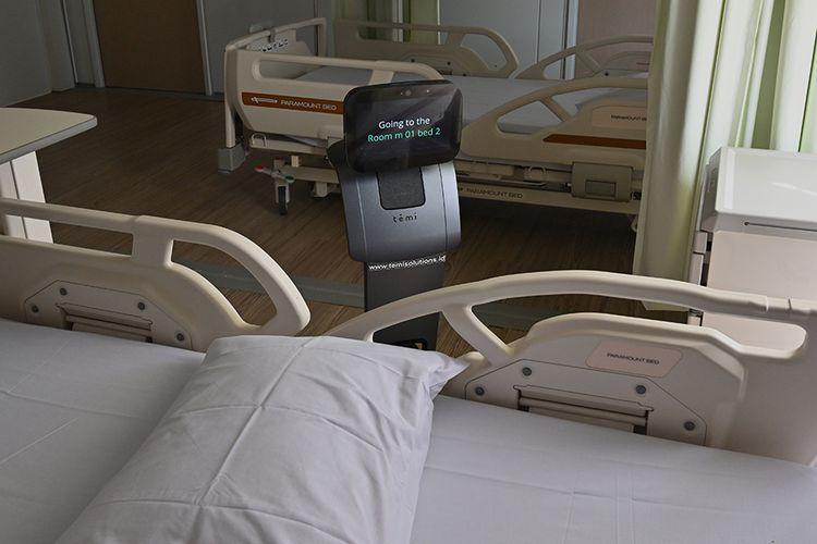 Robot Temi mengunjungi pasien saat simulasi membantu petugas medis dalam menangani pasien virus corona (Covid-19) di Rumah Sakit Pertamina Jaya (RSPJ), Jakarta, Kamis (16/4/2020). RSPJ mengerahkan dua robot untuk membantu petugas medis menangani pasien Covid-19.
