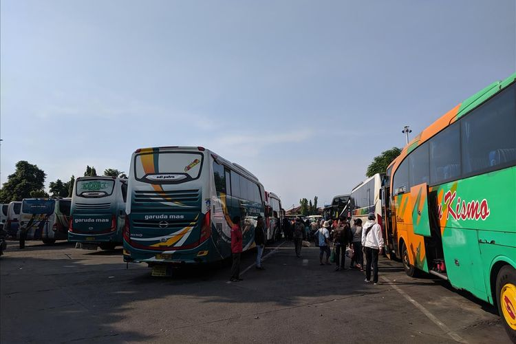 bus-bus yang bersandar di terminal Kalideres