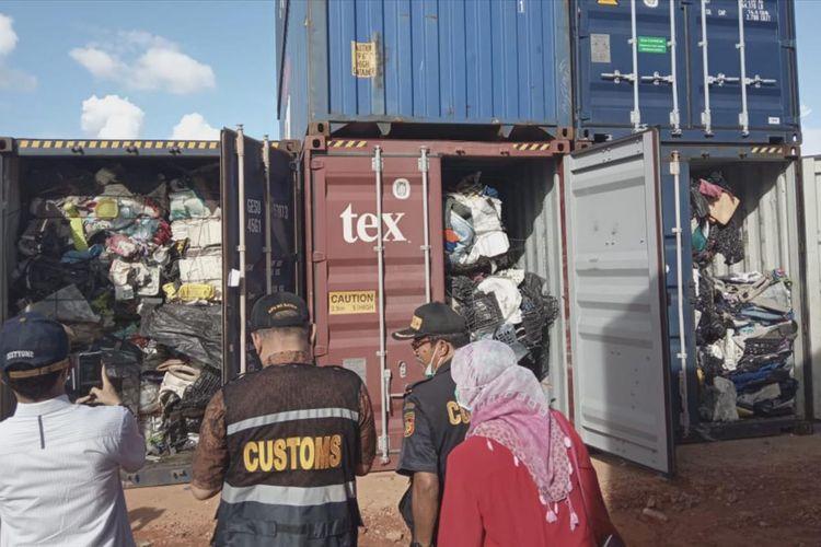 Hasil leb pemeriksaan dari 65 kontainer berisikan limbah plastik yang masuk di Pelabuhan Peti Kemas Batuampar, Batam, Kepri. Terdapat 38 kontainer berisikan limbah plastik mengandung B3, 11 kontainer lagi beriaikan limbah plastik tercampur sampah serta 16 kontainer lainnya tidak mengandung limbah B3 dan tidak tercampur sampah.