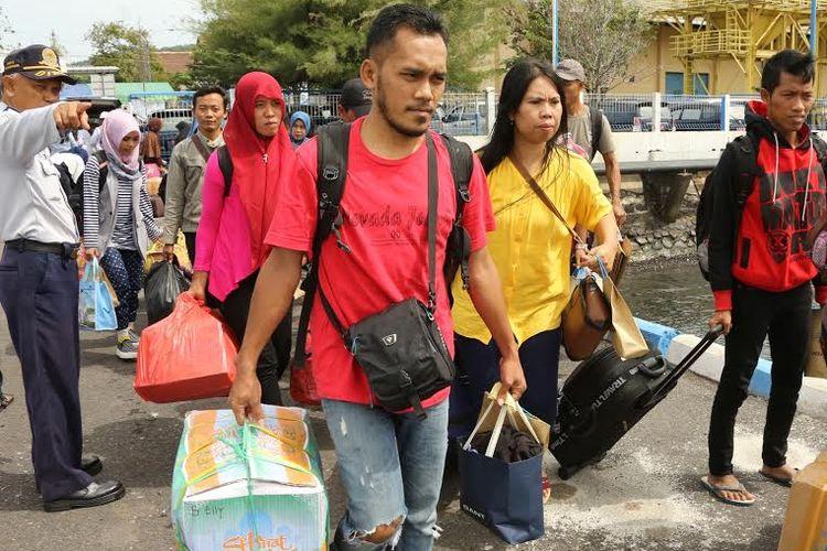 Pemerintah Banyuwangi menyelenggarakan program mudik dan balik gratis menyambut Idul Fitri 1438 H. Armada yang disiapkan adalah bus, truk pengangkut sepeda motor, dan kapal laut.