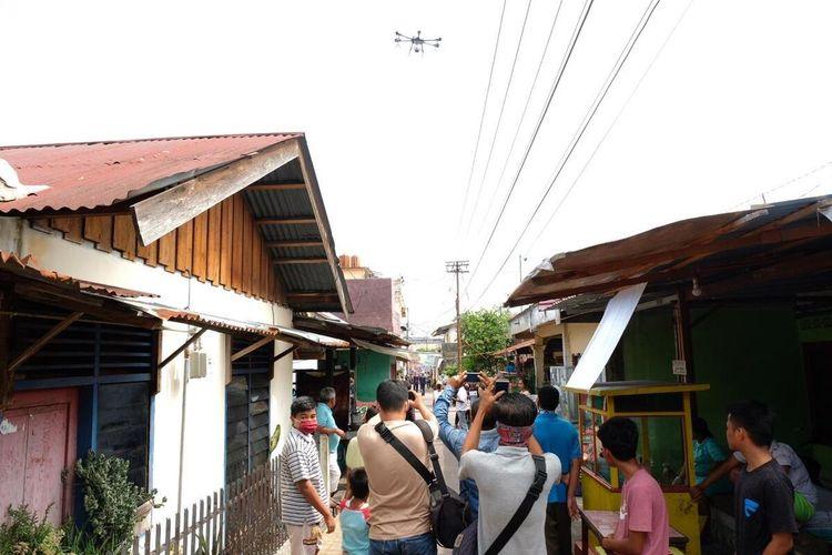 Polda Riau menggunakan drone raksasa untuk menyemprotkan cairan disinpektan di permukiman padat penduduk di Kecamatan Pekanbaru Kota, Kota Pekanbaru, Riau, untuk mencegah wabah virus corona, Rabu (25/3/2020).