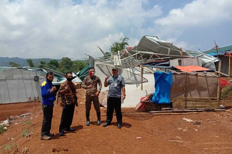 Kondisi 20 unit hunian sementara (huntara) yang ambruk akibat bencana alam angin puting beliung di Kecamatan Sukajaya, Kabupaten Bogor, Jawa Barat.