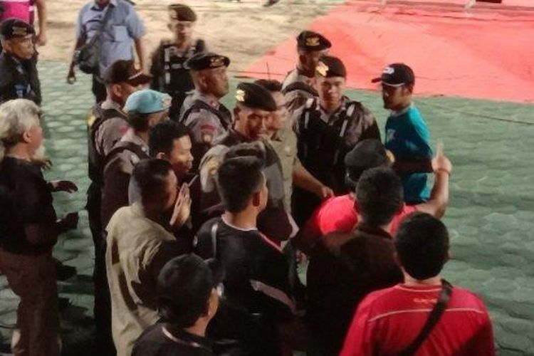 Situasi panas saat Gubernur Kalteng, H Sugianto Sabran (kaos merah) turun ke lapangan dan memprotes wasit saat pertandingan antara Kalteng Putra vs Persib berlangsung di Stadion Tuah Pahoe, Palangkaraya, Jumat (1/11/2019).