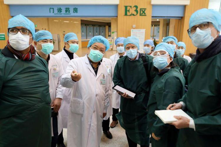 Pakar dari China dan Badan Kesehatan Dunia (WHO) mengenakan masker saat mengunjungi Rumah Sakit Wuhan Tongji, pusat wabah virus corona di Hubei, China, 23 Februari 2020.