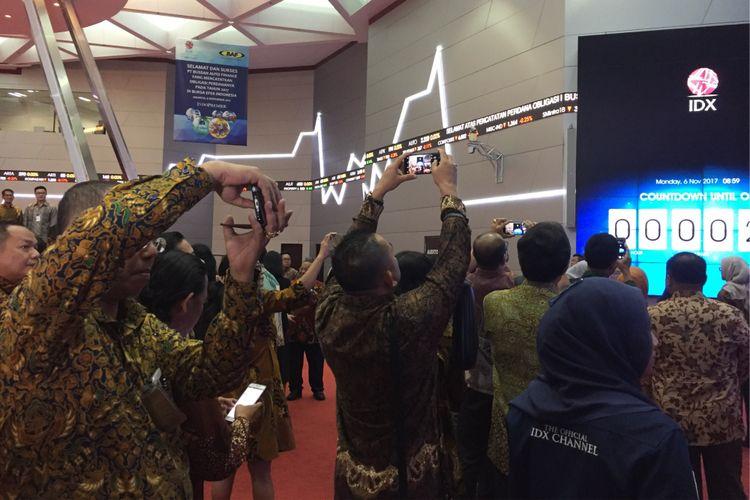 Suasana menjelang pembukaan pasar modal di Bursa Efek Indonesia, Jakarta, Senin (6/11/2017).