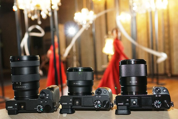 Trio kamera mirrorless APS-C terbaru Sony, Alpha a6600 (kiri), a6400 (tengah), dan a6100.