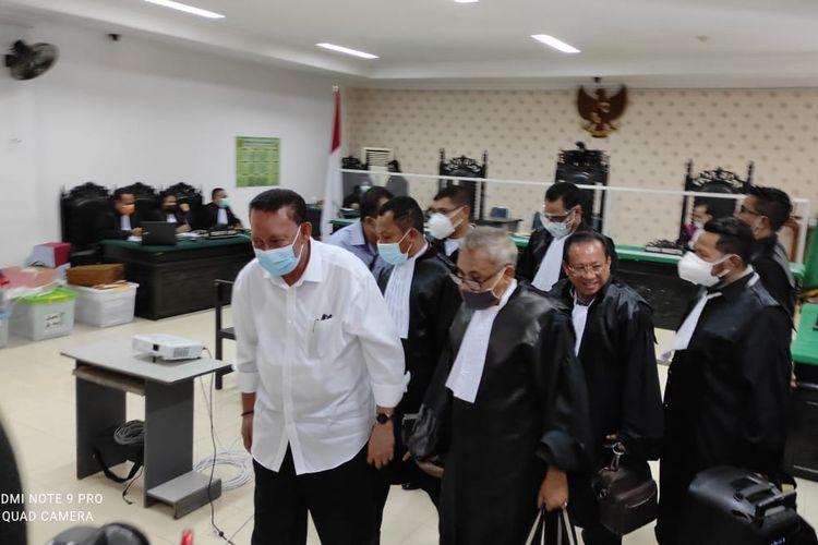 PHOTO:Mantan Wali Kota Kupang, Nusa Tenggara Timur (NTT), Jonas Salean, saat mendengar putusan sidang di Pengadilan Tipikor Kupang, Rabu (17/3/2021)