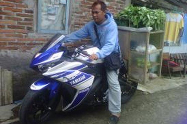 Dwi mengendarai sepeda motor sport untuk berjualan sayur