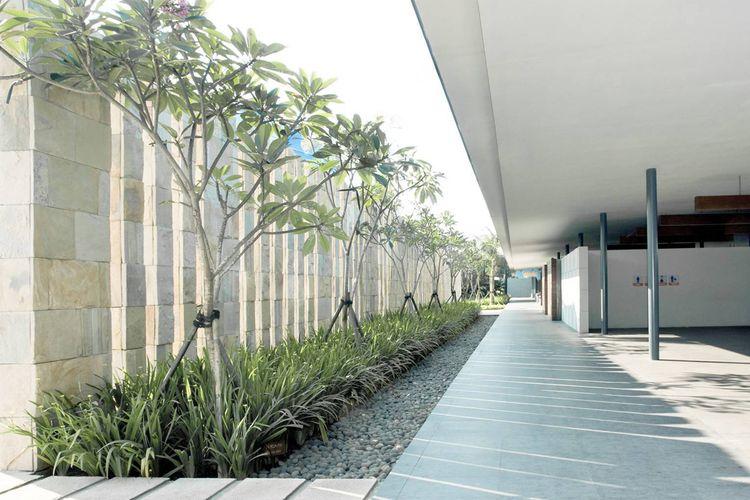 Batu kerikil sejalur garis lurus di taman karya Studio TonTon