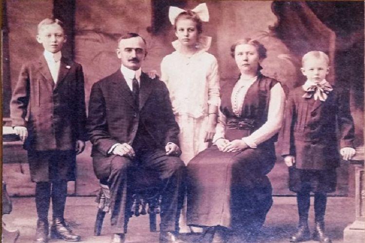 Frederick Drumpft dan keluarganya (1915)