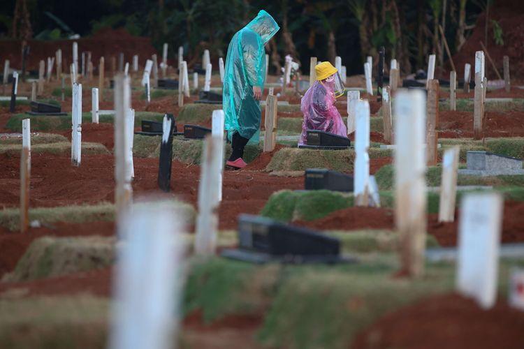 Warga melawat di pemakaman khusus Covid-19 di TPU Pondok Ranggon, Jakarta Timur, Rabu (30/9/2020). Pemerintah Provinsi DKI Jakarta memperluas lahan untuk pemakaman jenazah orang-orang yang meninggal dunia karena terkait dengan Covid-19 di Taman Pemakaman Umum (TPU) Pondok Ranggon, Jakarta Timur. Lahan diperluas karena jumlah jenazah yang dimakamkan dengan protokol Covid-19 terus bertambah setiap hari.