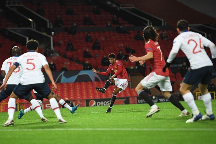 Marcus Rashford (tengah) melepaskan tembakan yang berbuah gol pada laga matchday kelima Grup H Liga Champions 2020-2021, Manchester United vs Paris Saint-Germain, di Stadion Old Trafford, Rabu (2/12/2020) atau Kamis dini hari WIB.