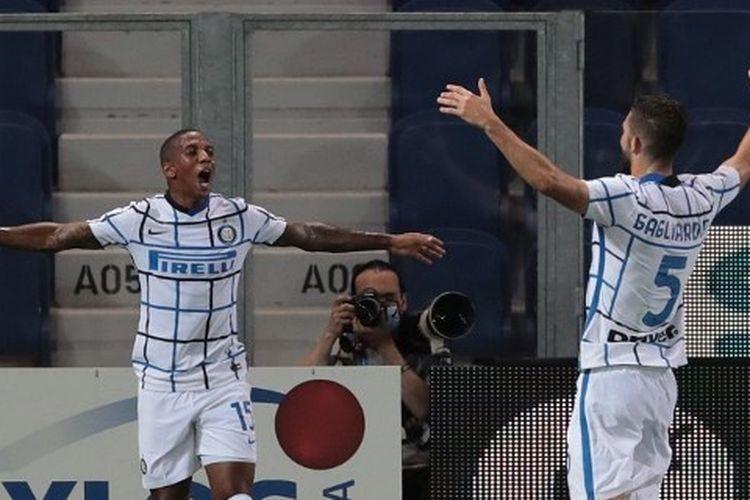 Ashley Young dan Roberto Gagliardini dalam laga Atalanta vs Inter Milan pada pekan terakhir Liga Italia 2019-2020.
