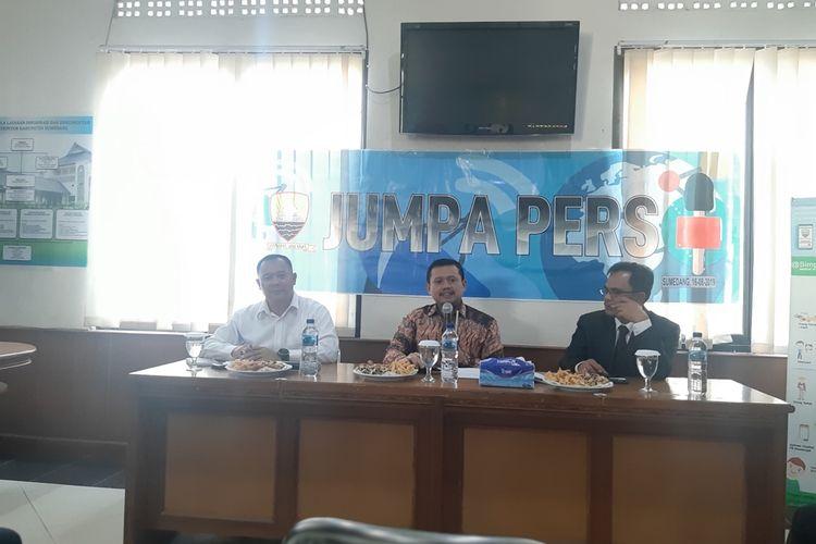 Bupati Sumedang H Dony Ahmad Munir saat jumpa pers di media center IPP Sumedang, Jawa Barat, Jumat (16/8/2019). AAM AMINULLAH/KOMPAS.com