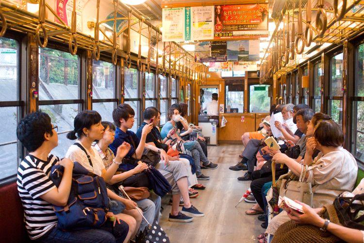 Nuansa tenang di dalam tram di Kyoto, Jepang.