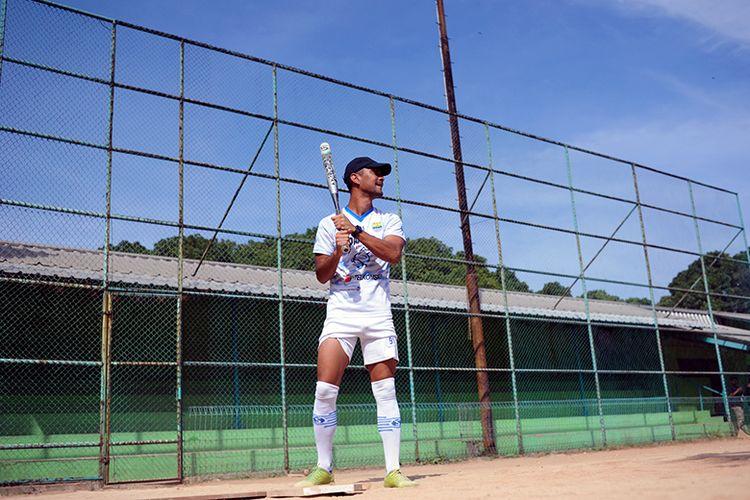 Gelandang Persib Bandung, Omid Nazari, bersiap memukul bola dalam kegiatan olahraga softball yang dilakoni tim Persib, di Lapangan Softball Lodaya, Kota Bandung, Selasa (1/9/2020).