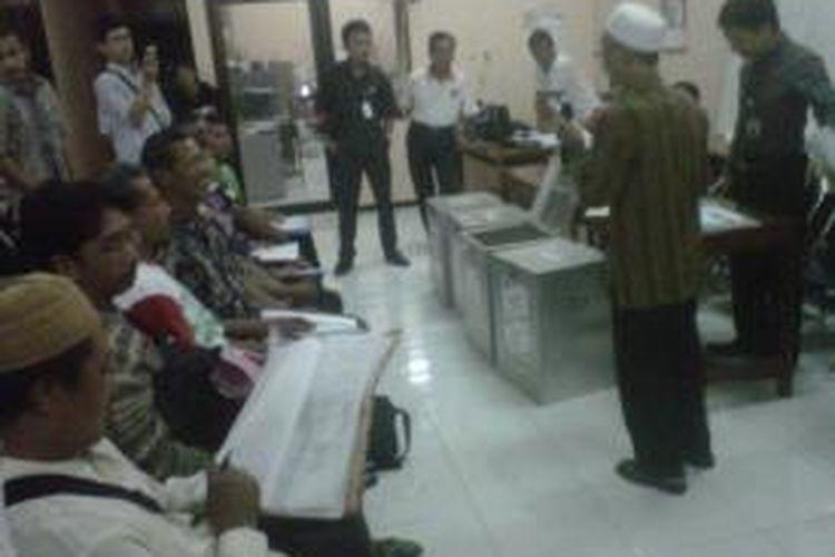 KPU, Panwaslu, maupun para saksi masing-masing pasangan Pilwalkot Kediri, Jawa Timur, saat menggelar pengecekan kotak suara dan data surat suara di Kelurahan Burengan,  Jum'at (30/8/2013), menyusul terjadinya protes.