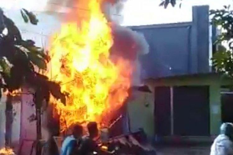 Kebakaran terjadi di Pom Mini Jalan Grafika, Banyumanik, Kota Semarang,akibat kejadian tersebut dua orang alami luka bakar, Senin (26/4/2021).